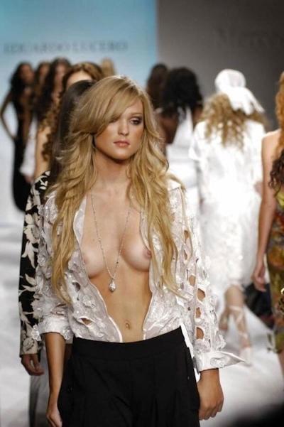 ファッションショーでおっぱい出してるモデルの画像 13