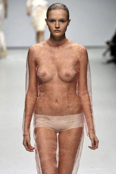 ファッションショーでおっぱい出してるモデルの画像 17