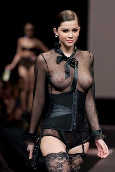 ファッションショーでおっぱい出してるモデルの画像 18