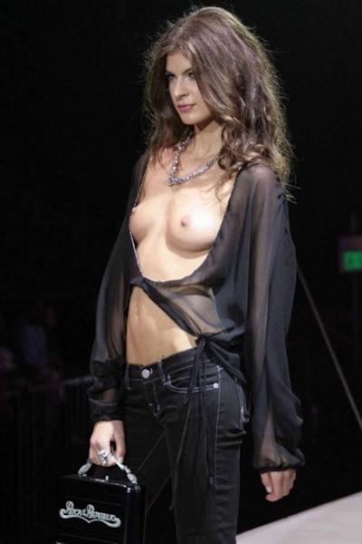 ファッションショーでおっぱい出してるモデルの画像 19