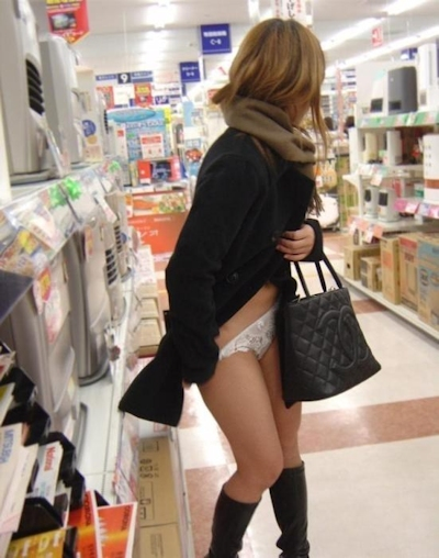 店内で露出プレイしてる素人女性のヌード画像 5