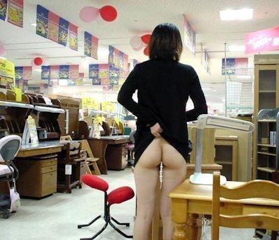 店内で露出プレイしてる素人女性のヌード画像 6