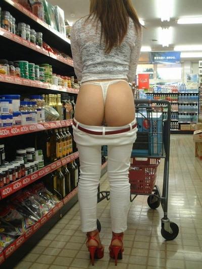 店内で露出プレイしてる素人女性のヌード画像 7