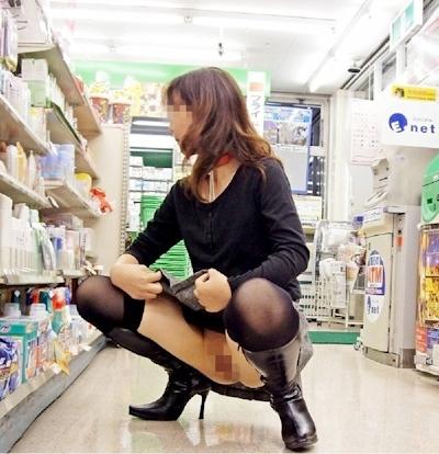 店内で露出プレイしてる素人女性のヌード画像 12