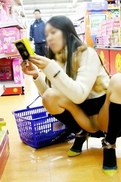 店内で露出プレイしてる素人女性のヌード画像 14