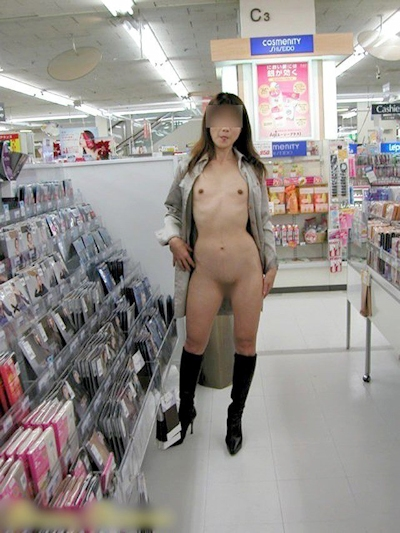 店内で露出プレイしてる素人女性のヌード画像 15