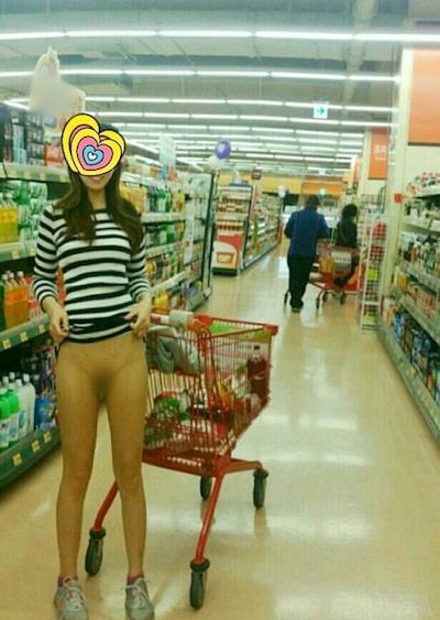 店内で露出プレイしてる素人女性のヌード画像 17