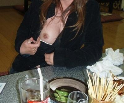 店内で露出プレイしてる素人女性のヌード画像 24