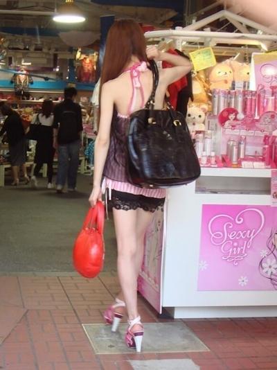 街中でセクシーな格好をしている素人女性の画像 2