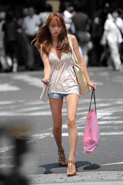 街中でセクシーな格好をしている素人女性の画像 4