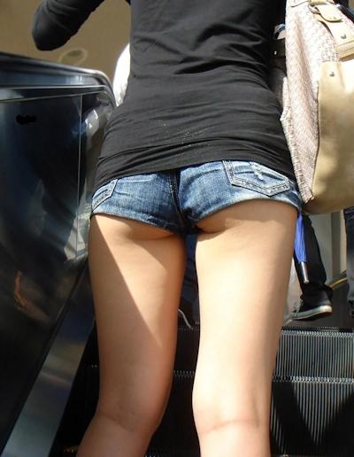 街中でセクシーな格好をしている素人女性の画像 23
