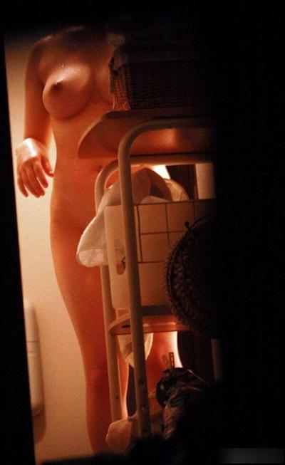 脱衣&シャワーシーンをのぞいてる盗撮画像 10