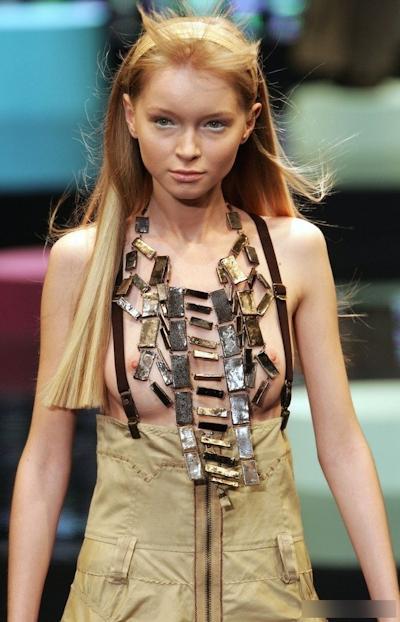 ファッションショーで乳首が見えてるモデルの画像 2