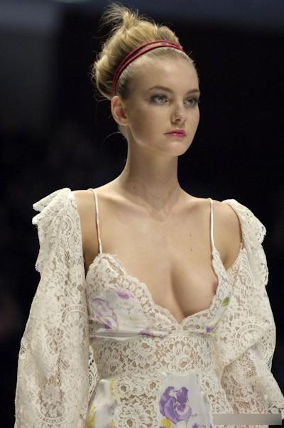 ファッションショーで乳首が見えてるモデルの画像 3