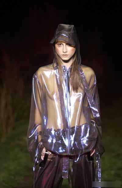 ファッションショーで乳首が見えてるモデルの画像 8