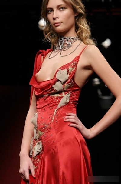 ファッションショーで乳首が見えてるモデルの画像 9