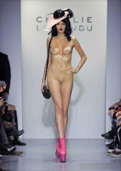 ファッションショーで乳首が見えてるモデルの画像 11