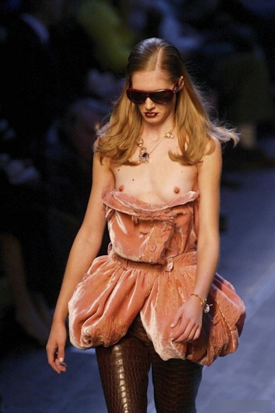 ファッションショーで乳首が見えてるモデルの画像 12