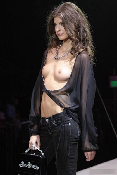 ファッションショーで乳首が見えてるモデルの画像 15