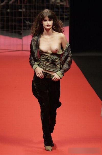 ファッションショーで乳首が見えてるモデルの画像 19