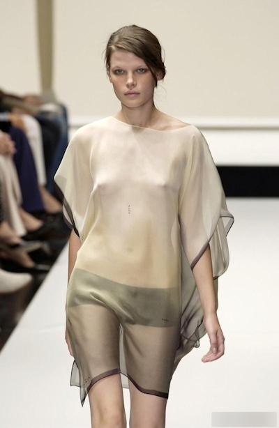 ファッションショーで乳首が見えてるモデルの画像 21