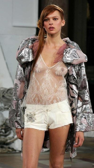 ファッションショーで乳首が見えてるモデルの画像 27