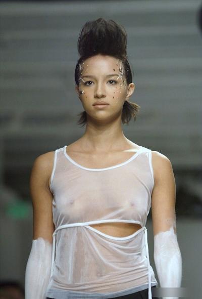 ファッションショーで乳首が見えてるモデルの画像 28