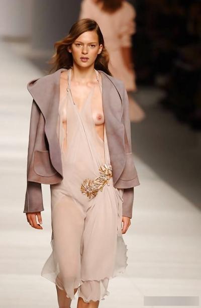 ファッションショーで乳首が見えてるモデルの画像 30