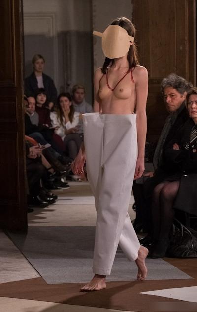 ファッションショーで乳首が見えてるモデルの画像 31