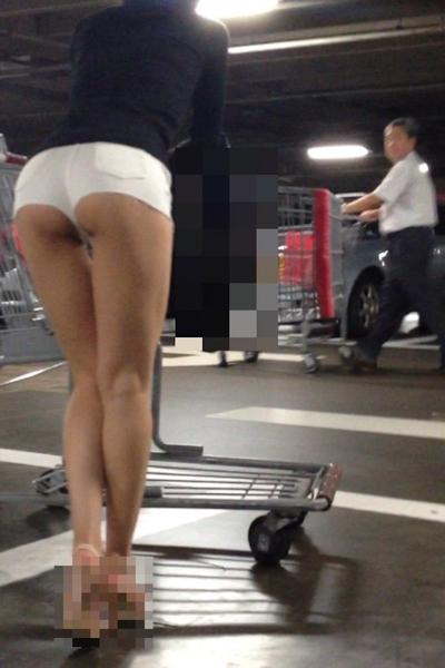 ハミ尻してるホットパンツ女性のセクシー画像 3