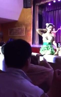 巨乳な女性歌手が客席に下りてきてパフパフやおっぱい揉ませてくれるコンサート 1