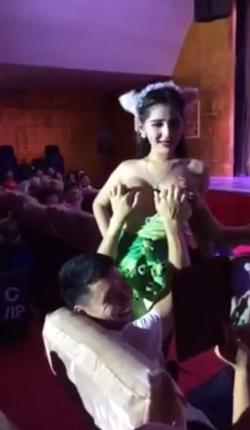 巨乳な女性歌手が客席に下りてきてパフパフやおっぱい揉ませてくれるコンサート 7