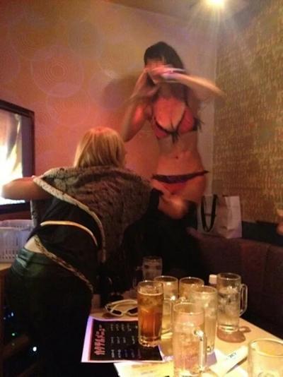 カラオケボックスで脱いだり脱がされたりしてる素人女性のヌード画像 2