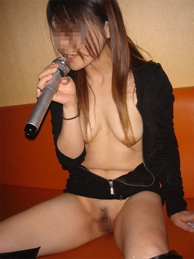 カラオケボックスで脱いだり脱がされたりしてる素人女性のヌード画像 23