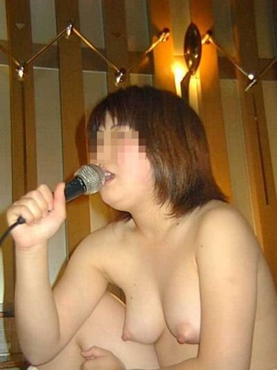 カラオケボックスで脱いだり脱がされたりしてる素人女性のヌード画像 25