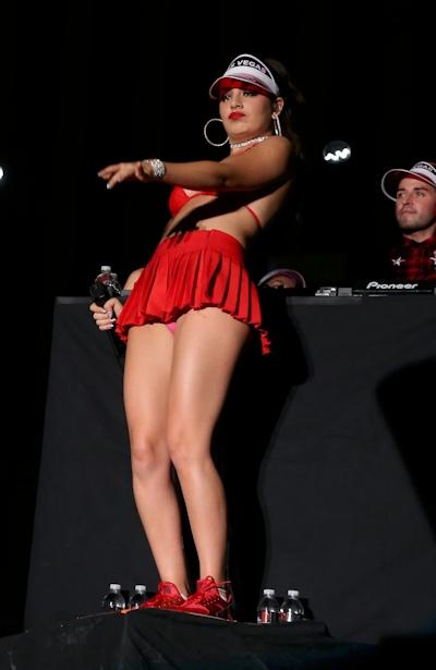 Charli XCX(チャーリー・エックス・シー・エックス)がビキニでライブをして食い込みマンスジ 5