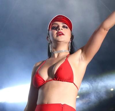 Charli XCX(チャーリー・エックス・シー・エックス)がビキニでライブをして食い込みマンスジ 13