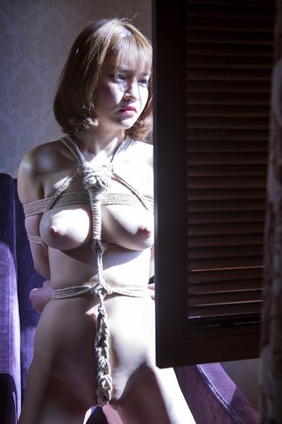 巨乳美女の緊縛ヌード画像 6