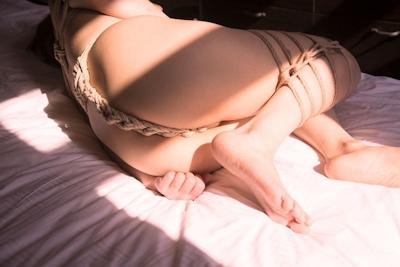 巨乳美女の緊縛ヌード画像 8