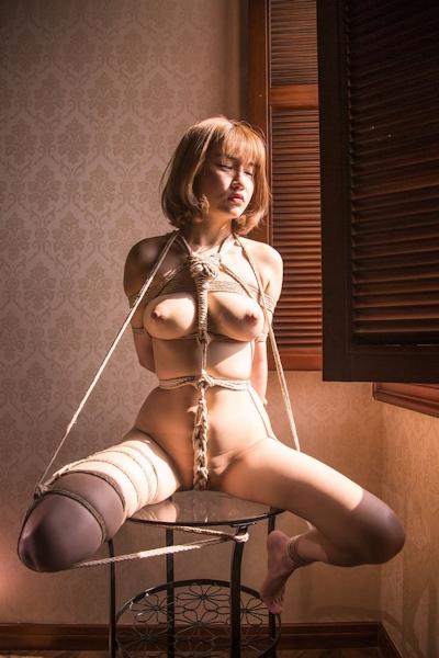 巨乳美女の緊縛ヌード画像 9
