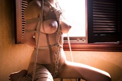 巨乳美女の緊縛ヌード画像 10