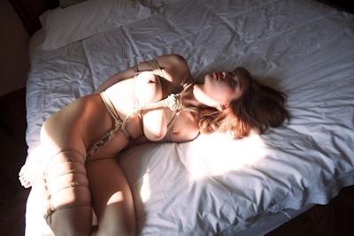 巨乳美女の緊縛ヌード画像 14