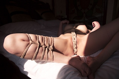 巨乳美女の緊縛ヌード画像 15