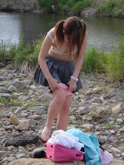 野外で着替えてる女性を盗撮した画像 4