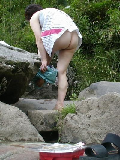 野外で着替えてる女性を盗撮した画像 6