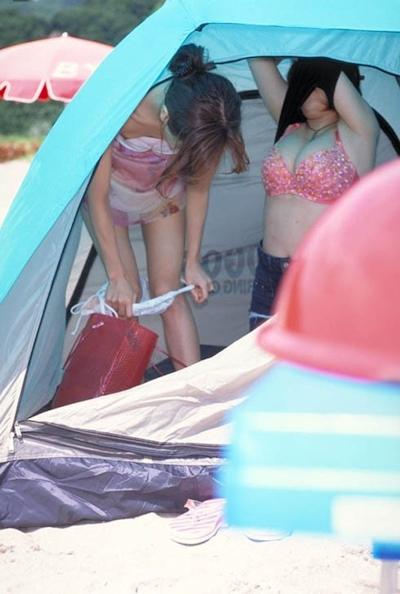 野外で着替えてる女性を盗撮した画像 10