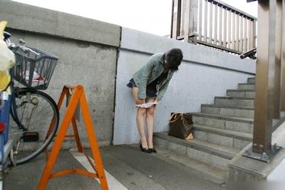 野外で着替えてる女性を盗撮した画像 12