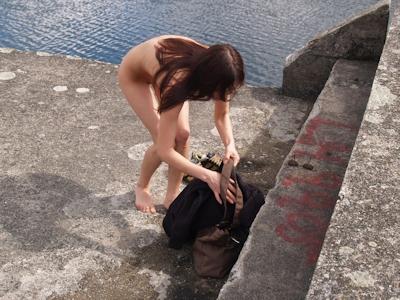野外で着替えてる女性を盗撮した画像 16