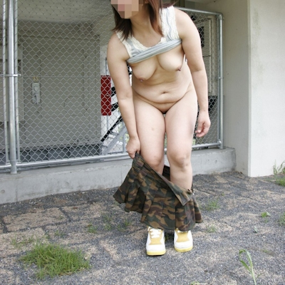 野外で着替えてる女性を盗撮した画像 17