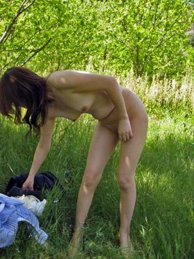 野外で着替えてる女性を盗撮した画像 19